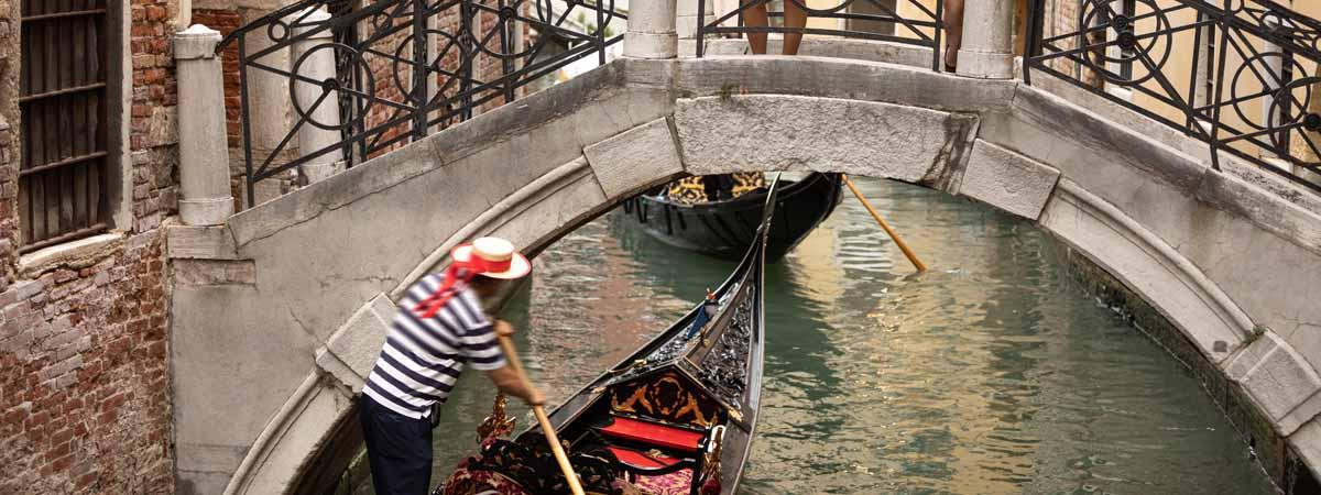 Veneto_Venice_Gondola_Tourist_People_Canals