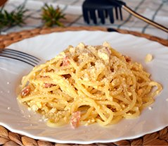 Bowl of delicious spaghetti Carbonara. Italian food.