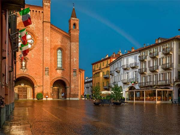 Piedmont_Alba_San_Lorenzo_Church_Square