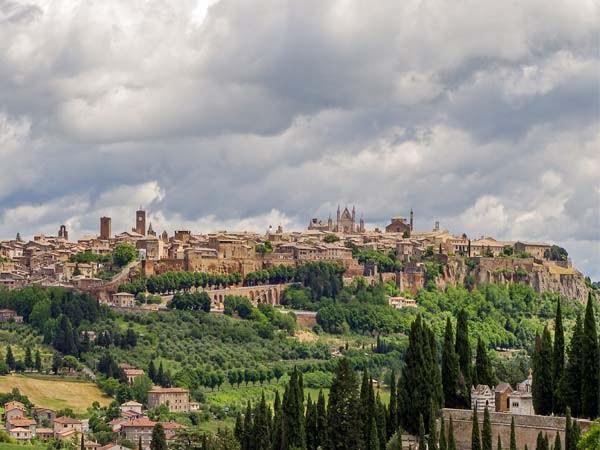 Umbria_Orvieto_old_city_view_panormana
